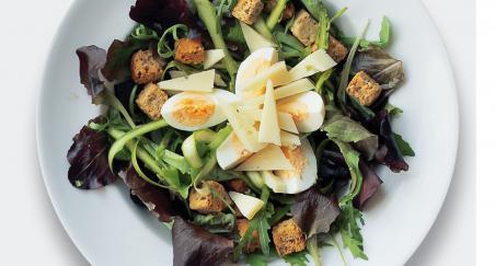 Salata - Jaje, šparoge, popržene kockice kruha i ovčji sir -...
