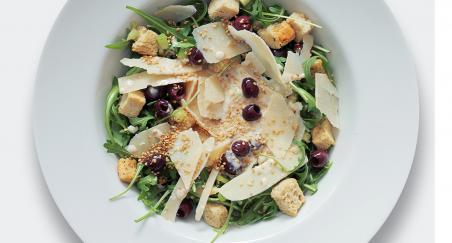 Salata crne masline, popržene kockice kruha i parmezan - PROČITAJTE